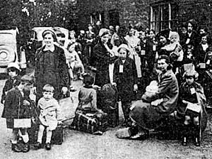 Evacuees from Sheffield arrive in Bingham.